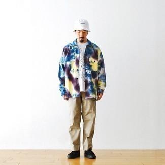 Comment s'habiller après 60 ans: Essaie d'harmoniser une chemise à manches longues imprimée tie-dye multicolore avec un pantalon chino marron clair pour un look de tous les jours facile à porter. Assortis ce look avec une paire de baskets basses en toile noires.