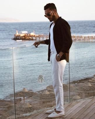 Tendances mode hommes: Marie une chemise à manches longues marron foncé avec un pantalon chino blanc pour une tenue confortable aussi composée avec goût. Cette tenue est parfait avec une paire de espadrilles en toile à rayures horizontales grises.