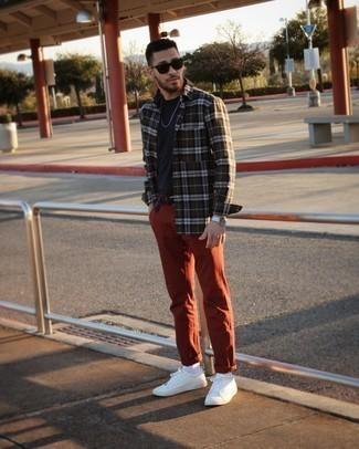 Tendances mode hommes: Harmonise une chemise à manches longues écossaise vert foncé avec un t-shirt à col rond bleu marine pour obtenir un look relax mais stylé.