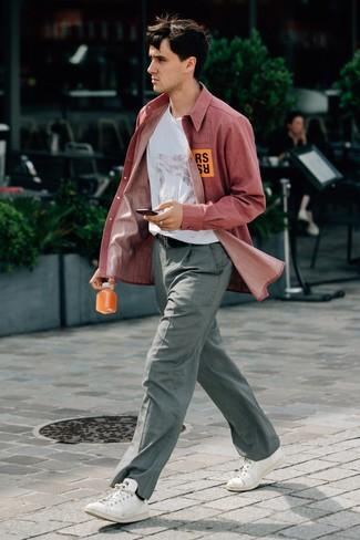 Comment porter: chemise à manches longues en chambray rouge, t-shirt à col rond imprimé blanc, pantalon de costume à carreaux gris, baskets basses en cuir blanches