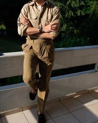 Comment porter des mocassins: Pense à opter pour une chemise à manches longues marron clair et un pantalon de costume marron pour un look pointu et élégant. Si tu veux éviter un look trop formel, opte pour une paire de mocassins.