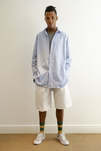 Comment porter: chemise à manches longues bleu clair, t-shirt à col rond gris, short blanc, baskets basses beiges