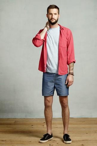 Comment porter: chemise à manches longues rouge, t-shirt à col rond gris, short en denim bleu, baskets basses en toile noires