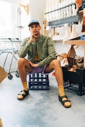 Comment porter une chemise à manches longues olive: Marie une chemise à manches longues olive avec un short violet clair pour une tenue idéale le week-end. Jouez la carte décontractée pour les chaussures et complète cet ensemble avec une paire de des sandales en cuir noires.