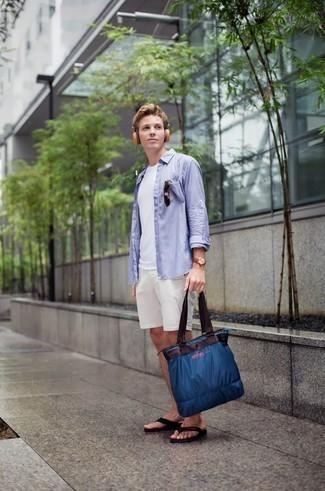Comment s'habiller pour un style relax: Choisis une chemise à manches longues bleu clair et un short blanc pour affronter sans effort les défis que la journée te réserve. Si tu veux éviter un look trop formel, assortis cette tenue avec une paire de des tongs noires.