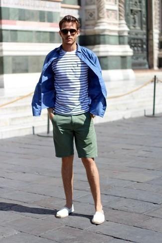 Comment porter une chemise à manches longues bleue: Associe une chemise à manches longues bleue avec un short vert foncé pour un déjeuner le dimanche entre amis. Une paire de des espadrilles en toile blanches est une option judicieux pour complèter cette tenue.