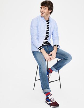 Comment porter: chemise à manches longues bleu clair, t-shirt à manche longue à rayures horizontales noir et blanc, jean bleu, chaussures de sport en daim bordeaux