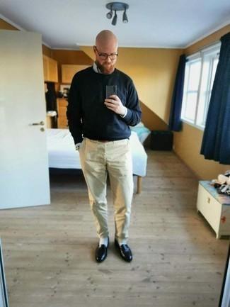 Tenue: Chemise à manches longues à rayures verticales bleu clair, T-shirt à manche longue bleu marine, Pantalon chino beige, Slippers en cuir noirs