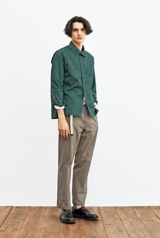 Comment porter une chemise à manches longues vert foncé: Pour une tenue de tous les jours pleine de caractère et de personnalité opte pour une chemise à manches longues vert foncé avec un pantalon chino marron. Complète cet ensemble avec une paire de chaussures derby en cuir noires pour afficher ton expertise vestimentaire.