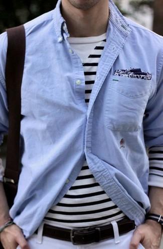 Comment porter: chemise à manches longues en chambray bleu clair, t-shirt à manche longue à rayures horizontales blanc et bleu marine, pantalon chino blanc, pochette de costume imprimée bleu marine et blanc
