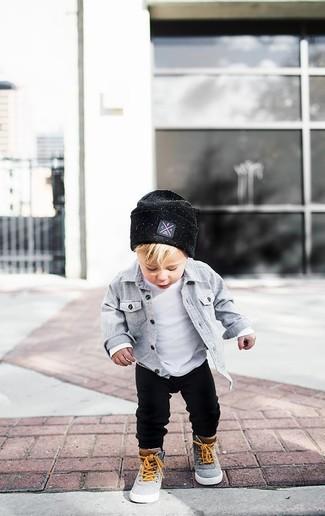 Comment porter: chemise à manches longues grise, t-shirt blanc, pantalon de jogging noir, baskets grises