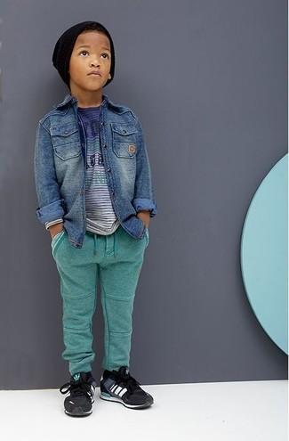 Comment porter: chemise à manches longues en denim bleue, t-shirt bleu, pantalon de jogging vert, baskets noires