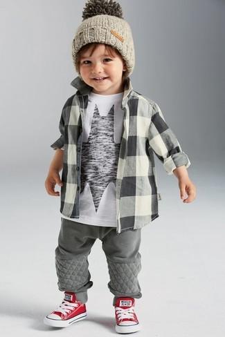 Comment porter: chemise à manches longues à carreaux grise, t-shirt imprimé blanc et noir, pantalon de jogging gris, baskets rouge et blanc