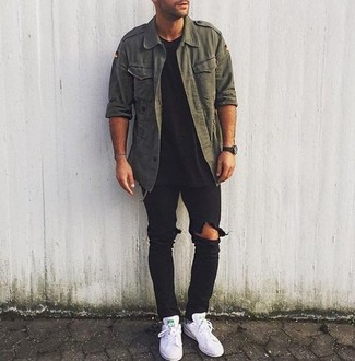 Comment porter: chemise à manches longues vert foncé, t-shirt à col rond noir, jean déchiré noir, baskets basses en cuir blanches