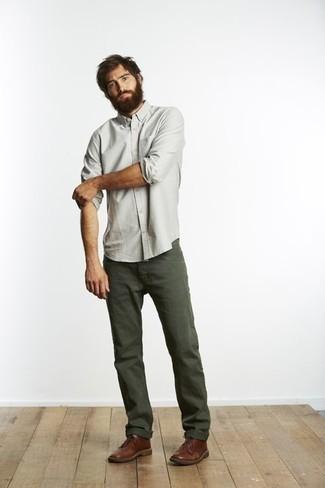 Comment porter des bottines chukka en cuir marron: Harmonise une chemise à manches longues vert menthe avec un jean vert foncé pour un déjeuner le dimanche entre amis. Une paire de des bottines chukka en cuir marron est une option avisé pour complèter cette tenue.