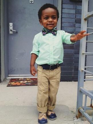 Comment porter: chemise à manches longues vert menthe, pantalon marron clair, chaussures richelieu bleu marine, nœud papillon bleu marine