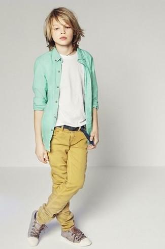 Comment porter: chemise à manches longues vert menthe, t-shirt blanc, pantalon moutarde, baskets grises