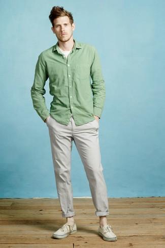 Comment porter: chemise à manches longues verte, t-shirt à col rond blanc, pantalon chino gris, baskets basses en toile beiges
