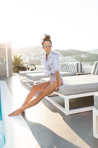 Comment porter: chemise boutonnée à manches courtes à rayures verticales bleu clair, maillot de bain une pièce imprimé multicolore, lunettes de soleil argentées