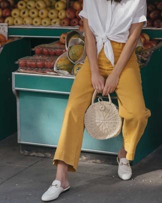 """Comment porter un sac fourre-tout de paille beige: Si tu es une fille plutôt """"jean t-shirt"""", tu vas aimer le combo simple d'une chemise boutonnée à manches courtes blanche et d'un sac fourre-tout de paille beige. Une paire de des slippers en cuir blancs apportera une esthétique classique à l'ensemble."""