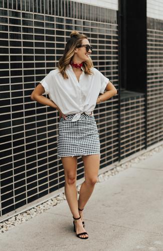 Comment porter: chemise boutonnée à manches courtes blanche, minijupe à carreaux blanche et noire, sandales à talons en daim noires, bandana rouge
