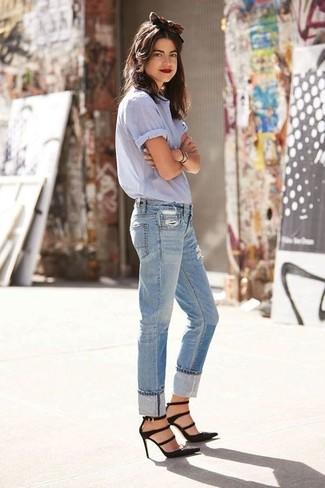 Comment porter: chemise boutonnée à manches courtes bleu clair, jean boyfriend déchiré bleu clair, escarpins en daim noirs, bandeau marron