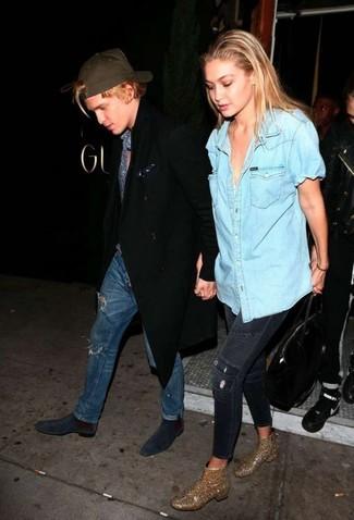 Comment porter: chemise boutonnée à manches courtes en denim bleu clair, jean skinny déchiré bleu marine, bottines pailletées ornées dorées, sac fourre-tout en cuir noir