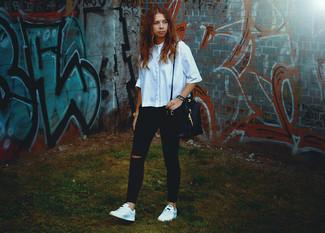 Comment porter: chemise boutonnée à manches courtes bleu clair, jean skinny déchiré noir, baskets basses blanches, sac bourse en cuir noir
