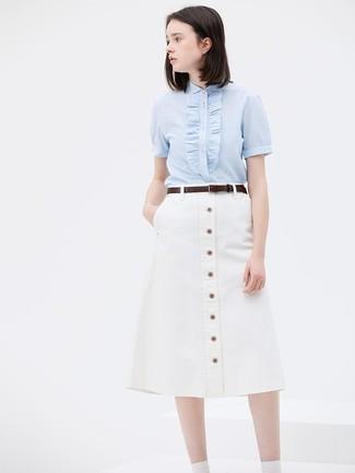 Comment porter: chemise boutonnée à manches courtes bleu clair, jupe boutonnée blanche, ceinture en cuir marron foncé