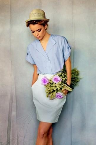 Comment porter: chemise boutonnée à manches courtes bleu clair, jupe crayon blanche, chapeau de paille marron clair