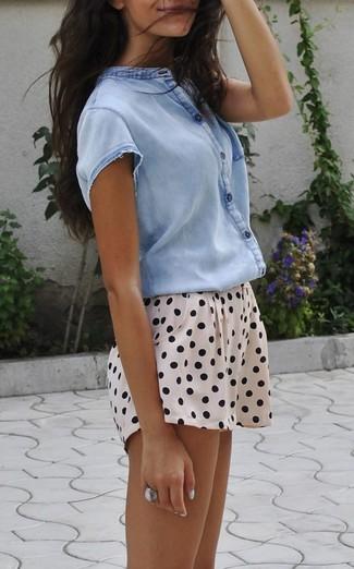Comment porter: chemise boutonnée à manches courtes bleu clair, short á pois beige, bague argentée
