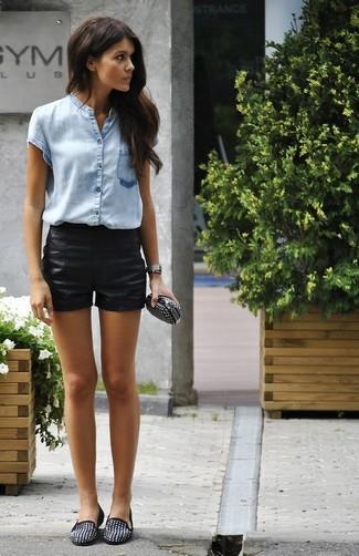 Comment porter: chemise boutonnée à manches courtes bleu clair, short en cuir noir, slippers en daim à clous noirs, pochette en cuir à clous noire