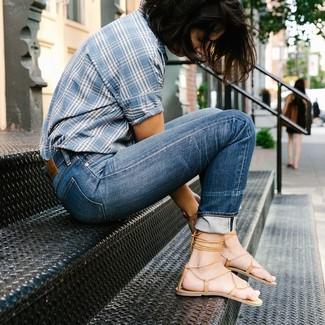 Comment porter: chemise boutonnée à manches courtes écossaise bleu clair, jean bleu, sandales spartiates en cuir marron clair