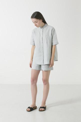 Comment porter: chemise boutonnée à manches courtes grise, short gris, sandales plates en cuir noires