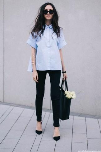 Comment porter: chemise boutonnée à manches courtes bleu clair, jean skinny déchiré noir, escarpins en daim noirs, sac fourre-tout en cuir noir
