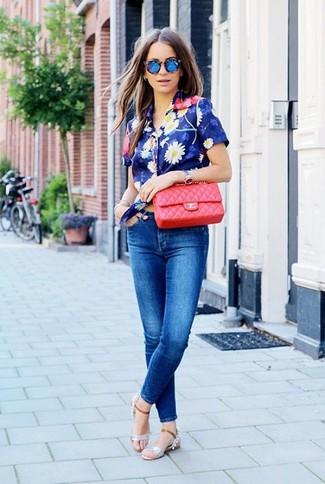 Comment porter: chemise boutonnée à manches courtes à fleurs bleue, jean skinny bleu, sandales plates en cuir argentées, sac bandoulière en cuir matelassé rouge