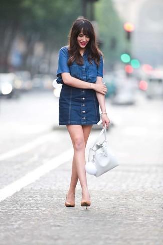 Comment porter: chemise boutonnée à manches courtes en denim bleue, jupe boutonnée en denim bleu marine, escarpins en cuir marron clair, sac bourse en cuir blanc
