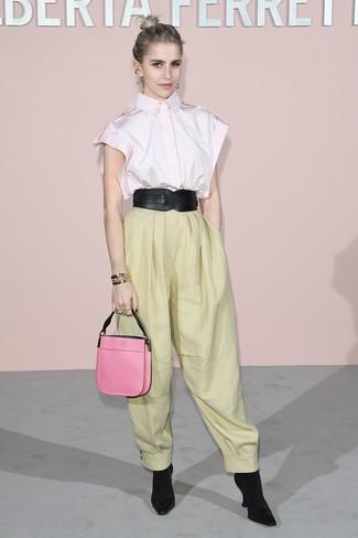 Comment porter: chemise boutonnée à manches courtes rose, pantalon large jaune, bottines élastiques noires, sac à main en cuir fuchsia