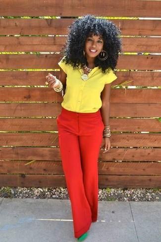Comment porter: chemise boutonnée à manches courtes jaune, pantalon large rouge, escarpins en daim verts, bracelet doré