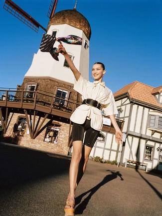 Comment porter: chemise boutonnée à manches courtes beige, short cycliste noir, sandales compensées en cuir marron clair, ceinture serre-taille en cuir noire