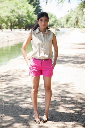 Comment porter: chemise boutonnée sans manches beige, short fuchsia, escarpins en daim imprimés léopard marron clair, ceinture en cuir fuchsia