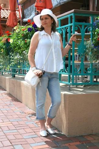 Comment porter un jean boyfriend bleu clair après 50 ans: Pense à marier une chemise boutonnée sans manches blanche avec un jean boyfriend bleu clair pour une tenue relax mais stylée. Termine ce look avec une paire de des espadrilles blanches.