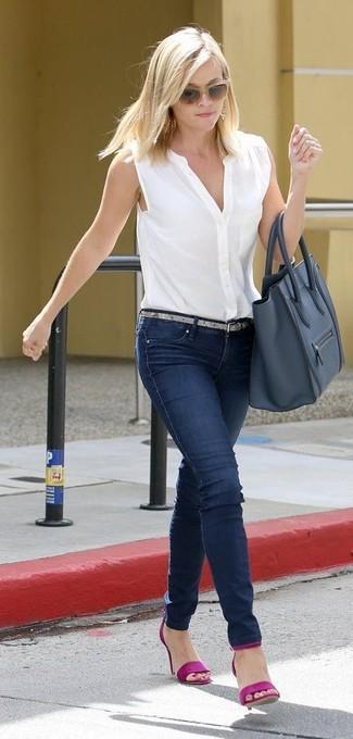 Comment porter: chemise boutonnée sans manches blanche, jean skinny bleu marine, sandales à talons en cuir pourpres, sac fourre-tout en cuir bleu marine