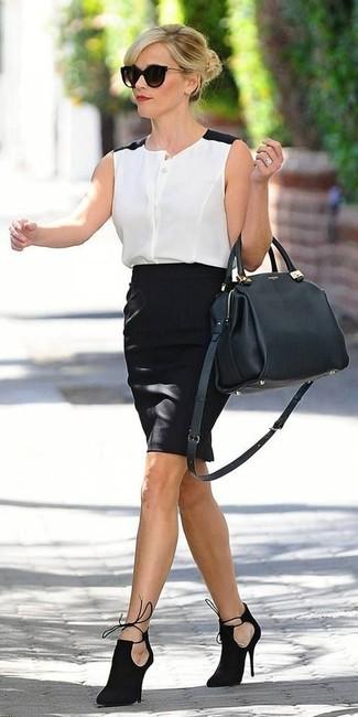 Comment porter: chemise boutonnée sans manches en chiffon blanche et noire, jupe crayon noire, bottines en daim découpées noires, cartable en cuir noir