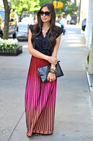 Comment porter: chemise boutonnée sans manches noire, jupe longue en tricot multicolore, tongs en cuir dorées, pochette en cuir noire