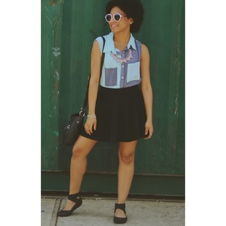 Ce combo d'une chemise boutonnée sans manches en denim bleue et d'un collier argenté attirera l'attention pour toutes les bonnes raisons. Mélange les styles en portant une paire de des sandales plates en caoutchouc noires.