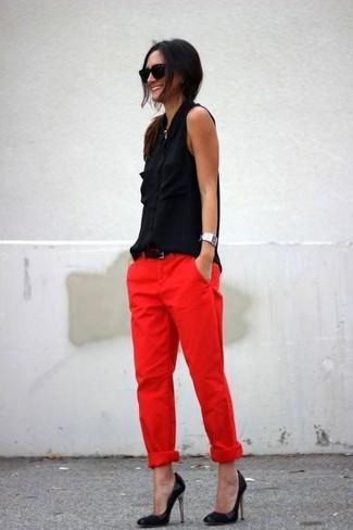 Comment porter: chemise boutonnée sans manches en soie noire, pantalon chino rouge, escarpins en cuir noirs, ceinture en cuir noire