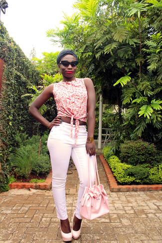 Comment porter: chemise boutonnée sans manches à fleurs blanche, pantalon slim rose, escarpins en cuir roses, sac bourse en cuir rose