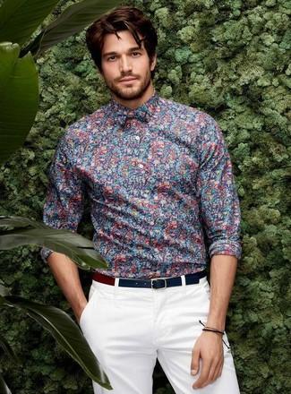 Comment porter une ceinture en cuir bleu marine: Associe une chemise de ville à fleurs bleue avec une ceinture en cuir bleu marine pour un look idéal le week-end.
