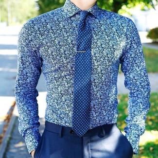 Comment porter: chemise de ville à fleurs bleue, pantalon de costume bleu, cravate imprimée bleue